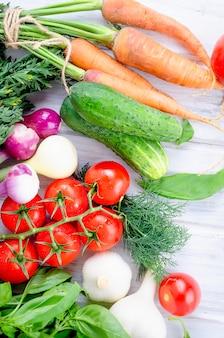 Lot de légumes de saison frais d'été