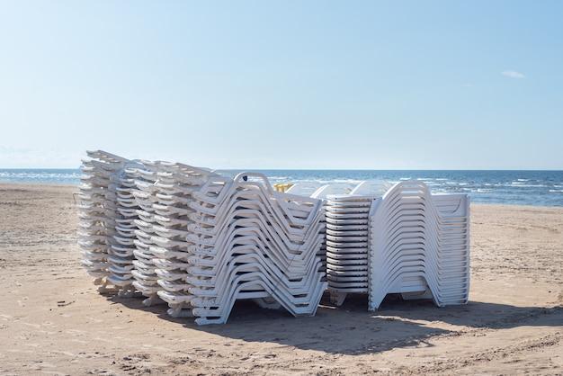 Lot, pile de transat sur plage vide