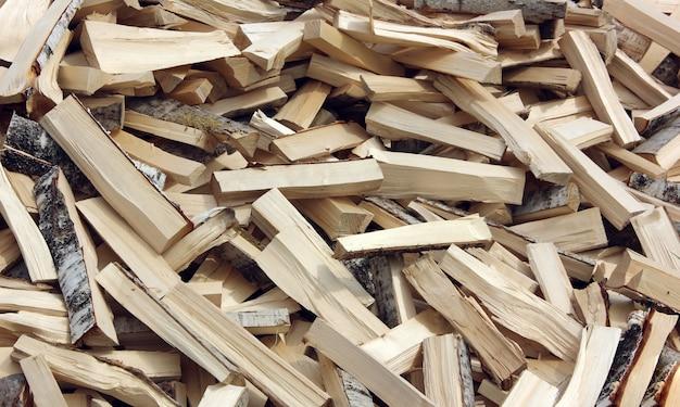 Lot de rondins fendus de bois dur. bois de chauffage de bouleau.