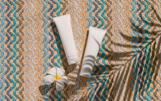 Lotion crème près de la piscine soins du corps visage soins de beauté d'été