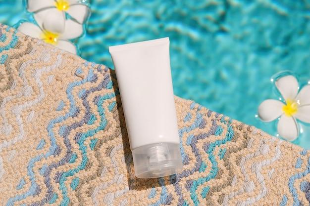 Lotion crème près de la piscine visage soins du corps soins de beauté d'été