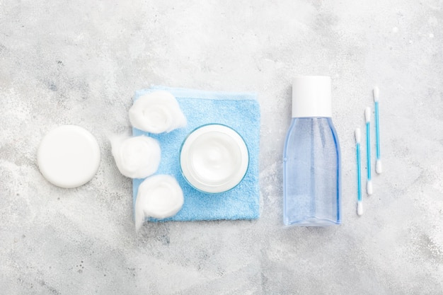 Lotion nettoyante avec des tampons en coton