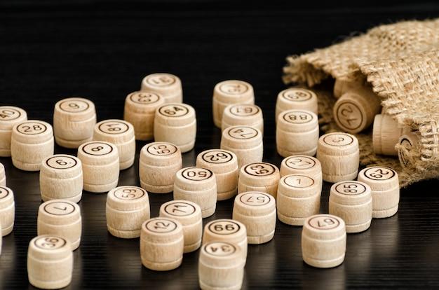 Loto en bois et sacs sur une table en bois sombre. fermer