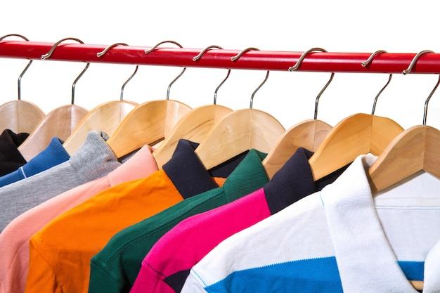 Lotsfield avec des t-shirts sur des cintres