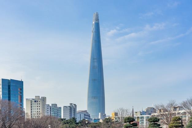 Lotte world tower et paysage urbain avec un ciel bleu nuageux en hiver