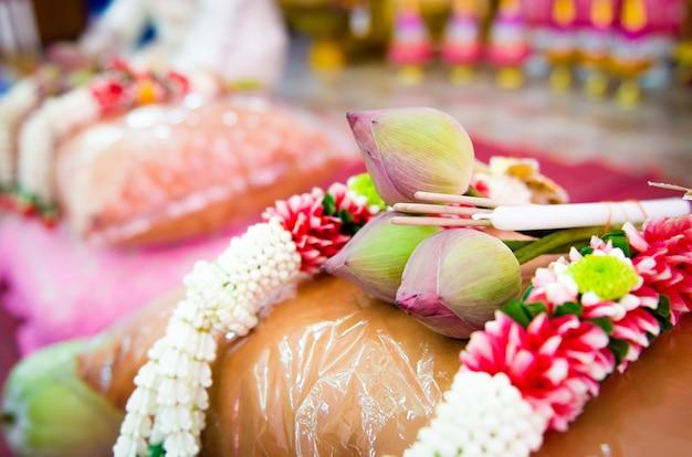 Lotus, encens et guirlande utilisés dans l'ordination bouddhiste.