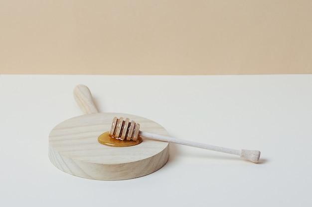 Louche de miel sur un plateau en bois