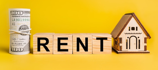 Louer avec modèle miniature de maison et argent sur fond jaune. le concept d'entreprise, de finance, de crédit, d'impôt, d'immobilier, de maison, de logement