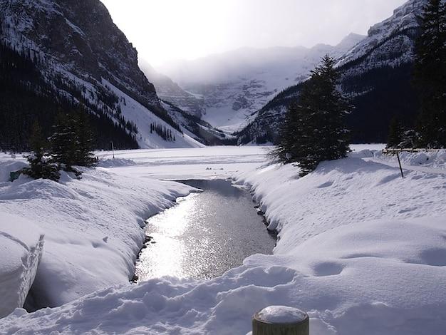 Louise eau lac gelé glace neige en hiver