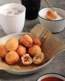 Loukoumades, luqaimat ou lokma en plaque sur fond de béton gris. les loukoumades sont des beignets de cuisine orientale populaires pendant le ramazan. nourriture populaire du ramadan. friandises iftar et suhur. espace de copie
