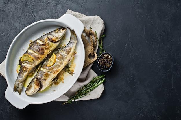 Loup de mer cuit au four dans un plat allant au four.