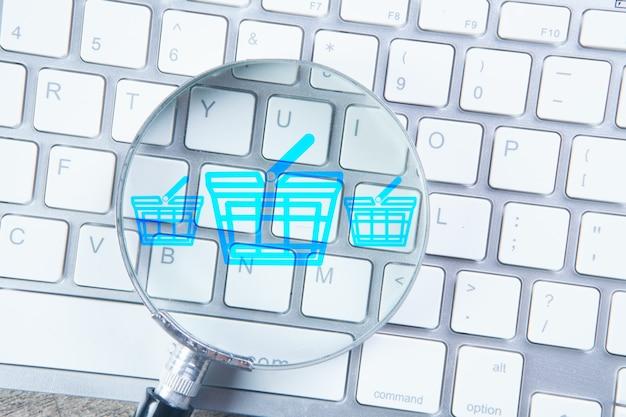 Loupe sur le clavier. concept de recherche de produits