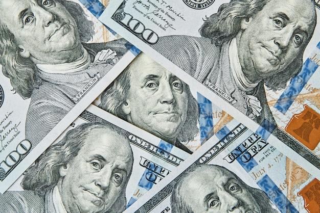 Loupe sur fond de billets de dollars. billets de cent dollars usd