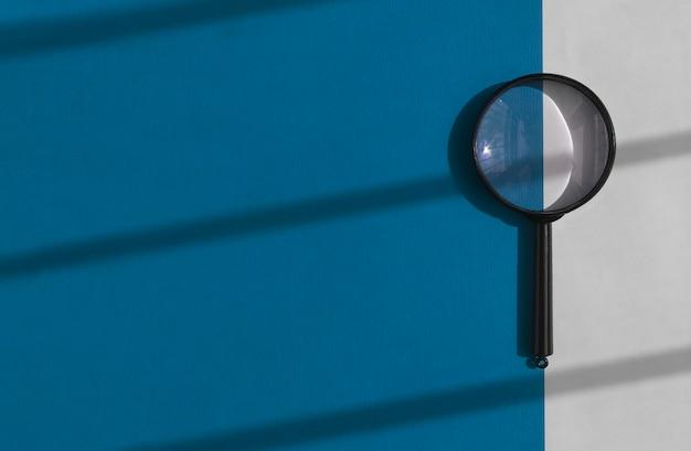 Loupe sur fond bleu et blanc profond avec bannière de concept d'outil de recherche de lumière du jour avec p...
