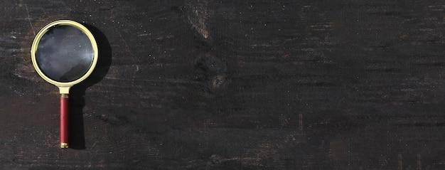 Loupe sur fond de bois avec espace de copie pour la bannière de texte avec fond