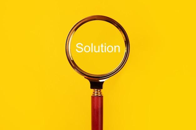 Loupe sur fond jaune, concept de solution de recherche