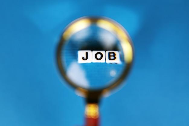 Loupe avec inscription d'emploi, concept de recherche d'emploi