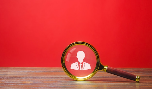 Loupe et symbole du travailleur. concept de recrutement. embauche, location. gestion des ressources humaines.