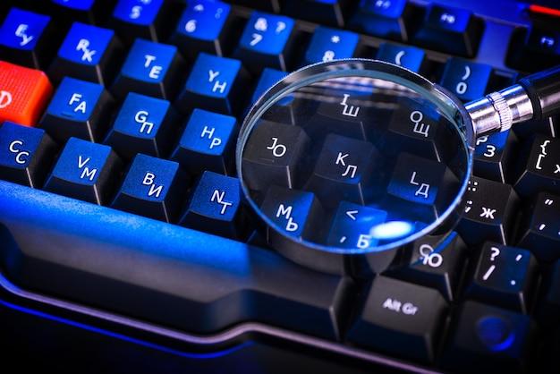 Loupe sur les touches d'un clavier d'ordinateur noir
