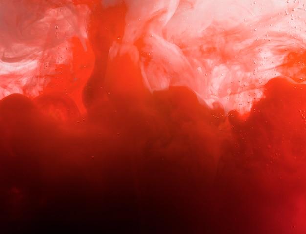 Lourd nuage rouge de brume