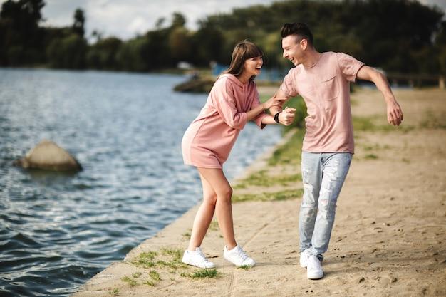 Loving jeune couple s'embrasser et s'embrasser en plein air. amour et tendresse, rencontres, romance, famille, concept d'anniversaire.
