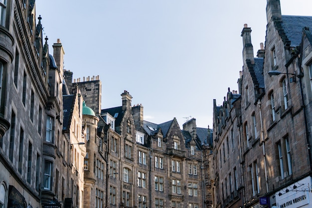 Low angle edinburgh grands immeubles dans le centre-ville, ecosse