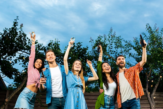 Low angle jeunes célébrant l'amitié