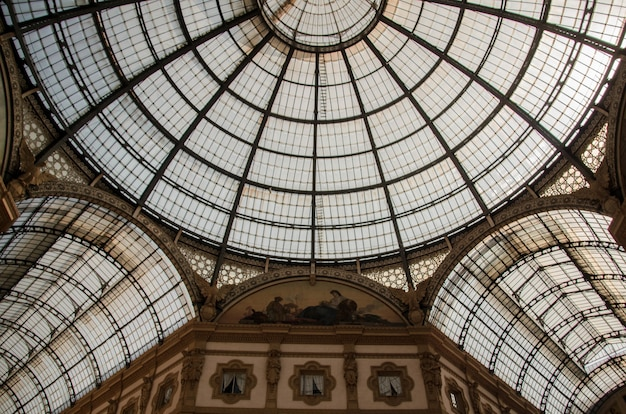 Low angle shot du plafond de l'historique galleria vittorio emanuele ii à milan, italie