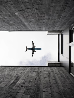 Low angle shot vertical d'un avion volant dans le ciel clair
