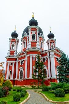 Low angle shot vertical du célèbre monastère de curchi en moldavie