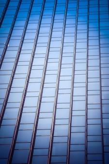 Low angle shot vertical d'un gratte-ciel en verre