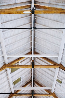 Low angle shot vertical d'un plafond d'une maison fraîche avec un intérieur minimaliste moderne