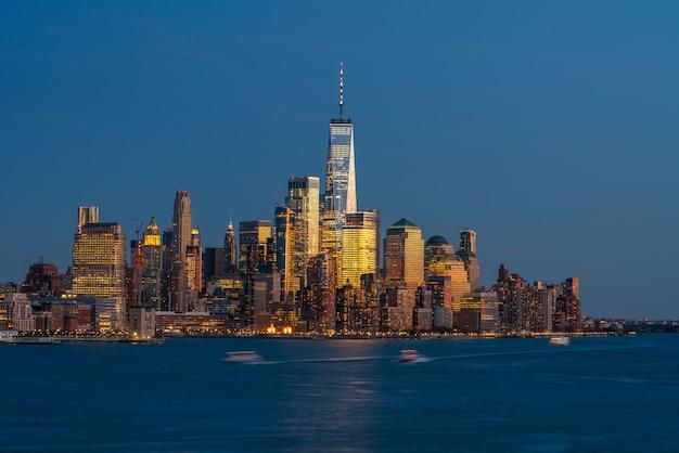 Lower manhattan, qui fait partie du paysage fluvial de la ville de new york et qui fait face à one world trade center