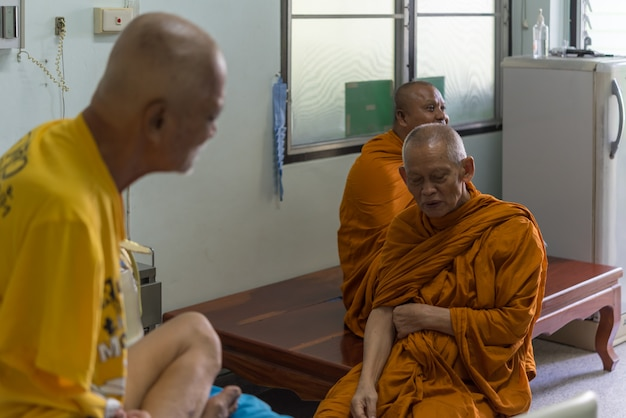 Luang pu ong thawaro vient rendre visite à un patient atteint d'un cancer
