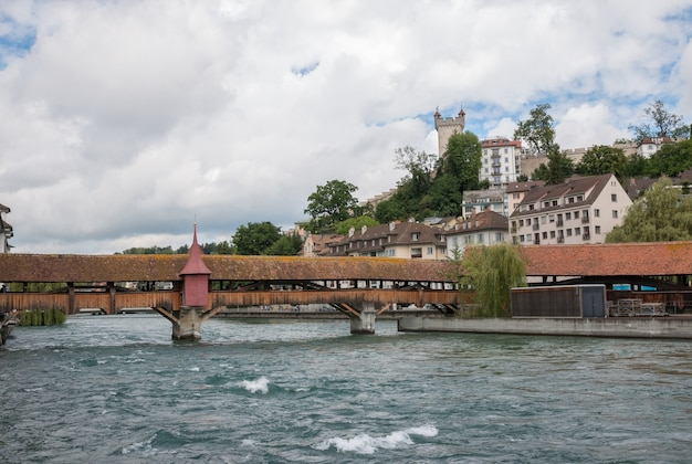 Lucerne, suisse - 3 juillet 2017 : vue panoramique du centre-ville de lucerne et de la rivière reuss. ciel dramatique et paysage d'été ensoleillé