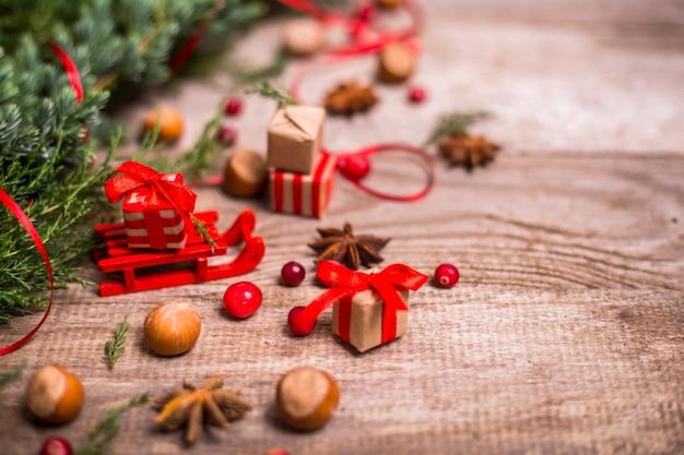 Luge avec cadeaux de noël et décoration sur bois.