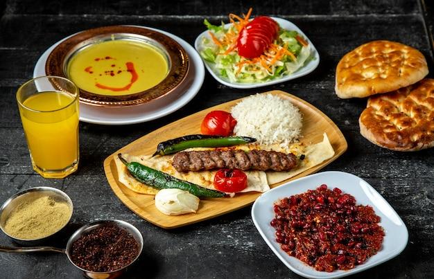 Lula kebab adjika riz poivre tomate vue latérale