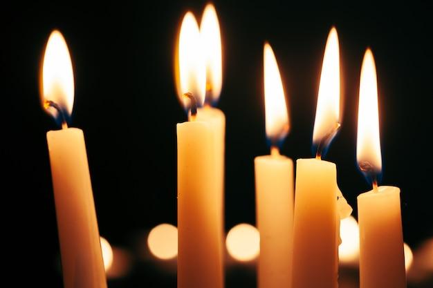 La lumière de la bougie éclaire les ténèbres
