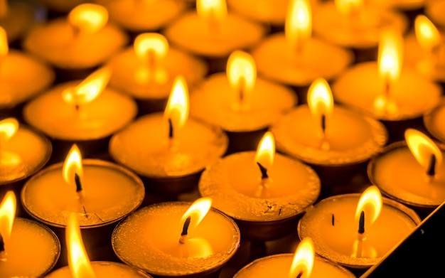 Lumière de bougie d'huile brûlante paisible à swayambhunath stupa katmandou népal
