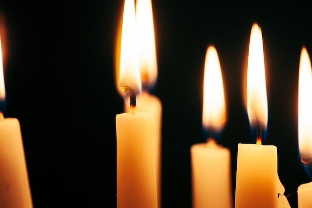 La lumière de la bougie illumine l'obscurité