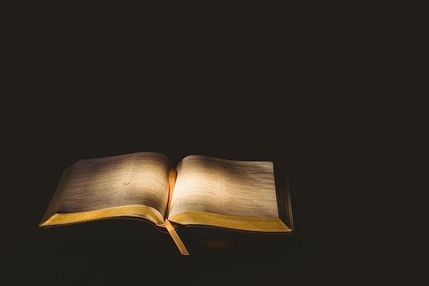 La lumière brille sur la bible ouverte