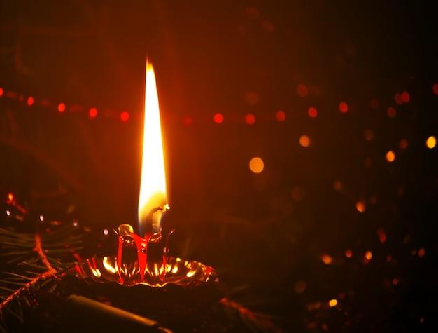 Lumière chaude de flamme de bougie colorée brûlante rouge.