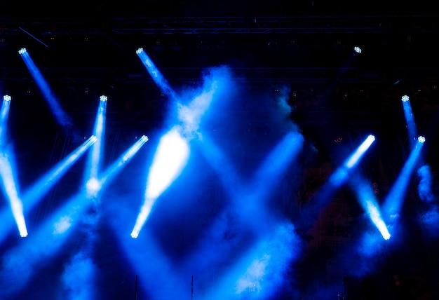 Lumière colorée sur une scène vide.