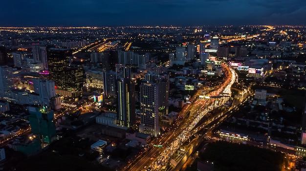 Lumière dans la ville, lumière des bâtiments et des routes