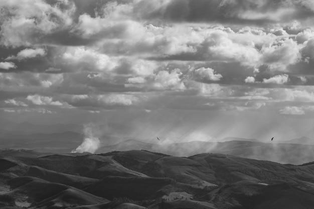 La lumière divine qui brille sur les vastes champs montagneux de l'éblouissant parc d'état d'ibitipoca, minas gerais, brésil