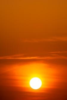 La lumière dorée du soleil et des nuages dans le ciel.