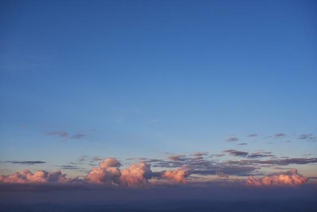 Lumière dorée qui brille à travers les nuages dans une soirée colorée.