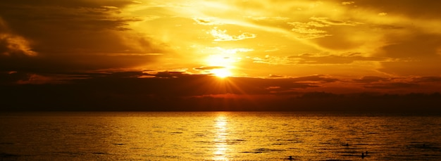 Lumière du coucher du soleil d'or sur l'océan.