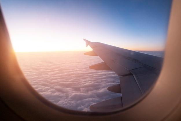 Lumière du matin de la fenêtre de l'aile de l'avion