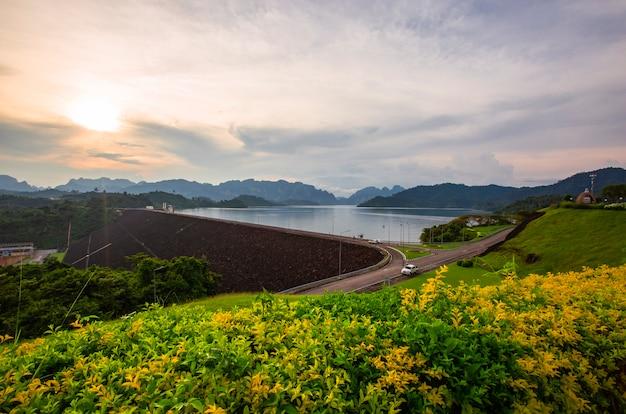 Lumière du matin, lumière du soir au barrage de ratchaprapha dans la province de surat thani, thaïlande
